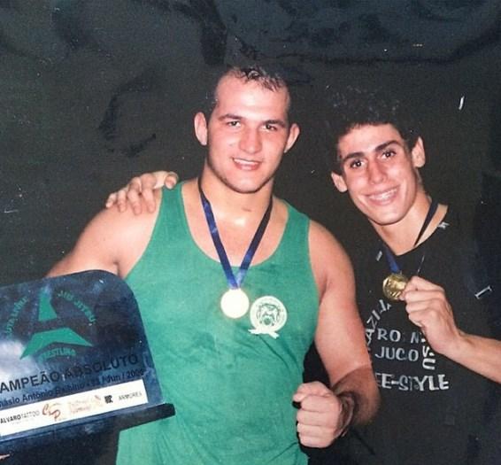 Джуниору Дос Сантосу 21 год, справа - Антонио Карлос
