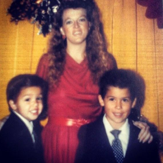 Доминик Крус (справа) с матерью и братом