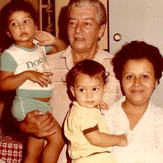 Винни Магальяеш на руках у матери, брата держит отец