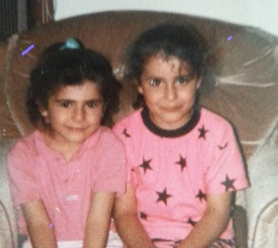 Ранда Маркос (справа) с сестрой