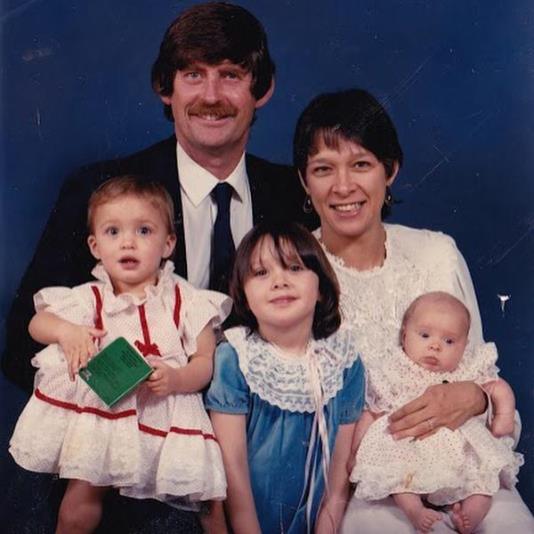 Ронда Раузи (слева) с семьей