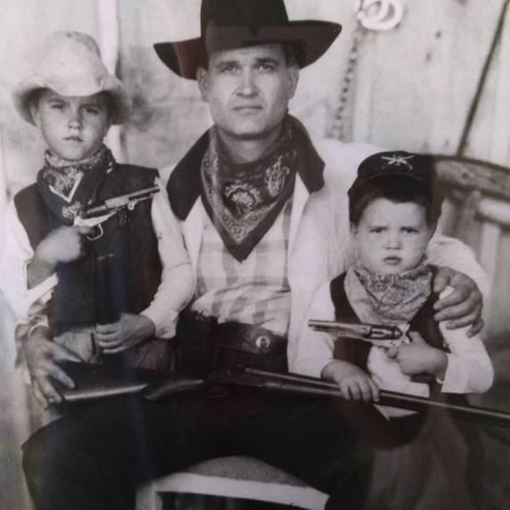 Карлос Кондит с отцом и братом