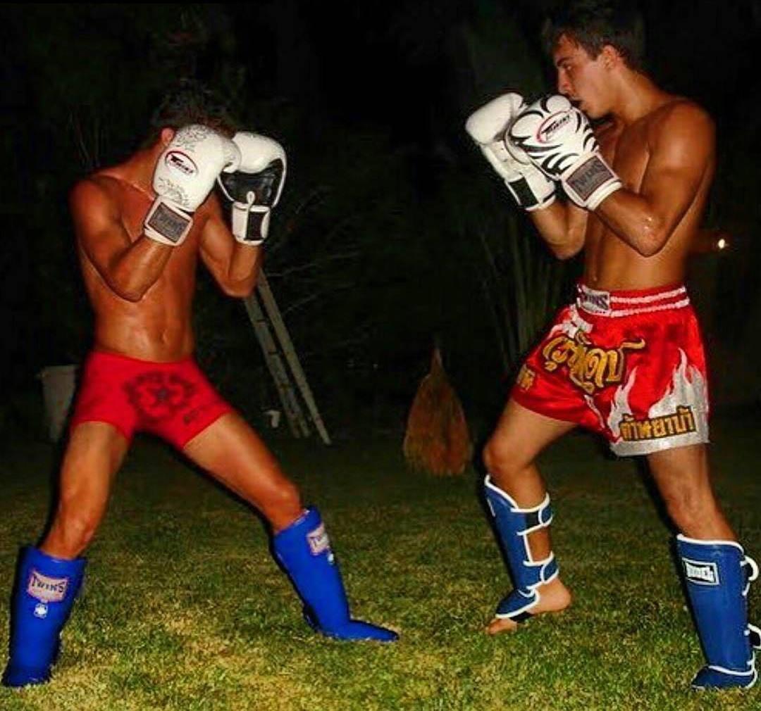Томас Алмейда (справа)