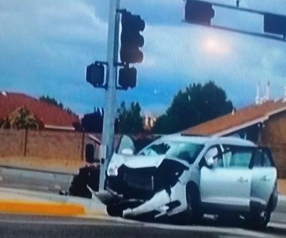 Фото разбитого автомобиля, взятого Джонсом напрокат