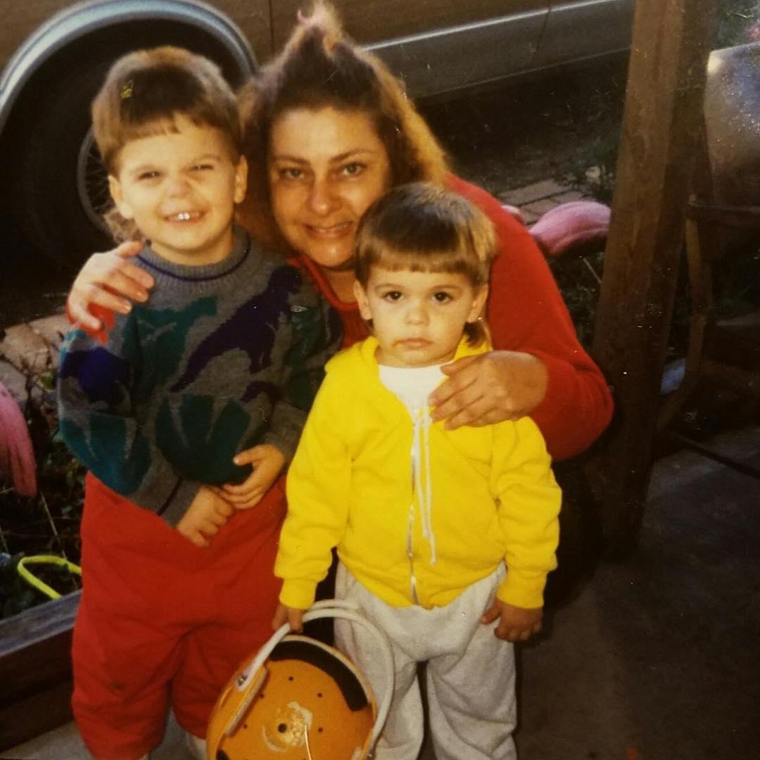 Коди Гарбрандт с братом и бабушкой