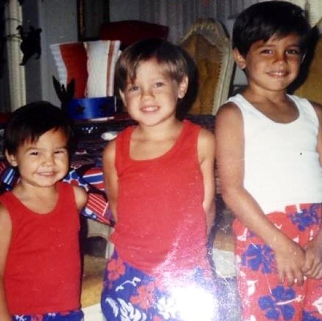 Каб Суонсон (слева) с братьями