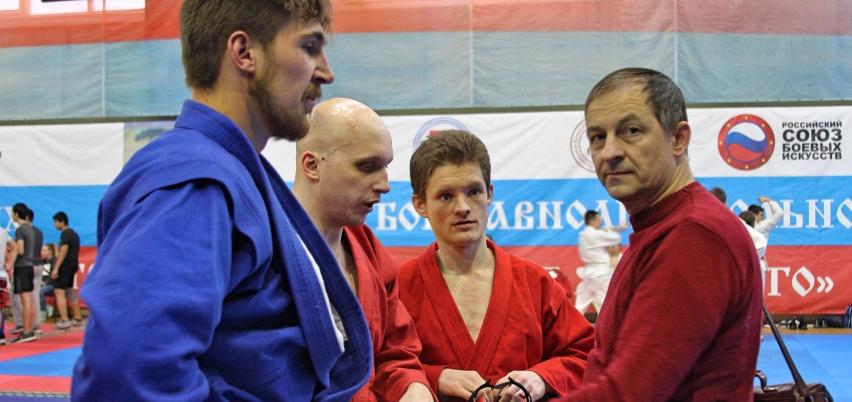 Главный конструктор компании (Рэй-спорт) Константин Пересейкин и борцы
